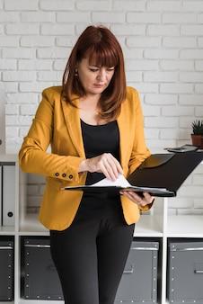 Biznesowa kobieta przy biurowym działaniem