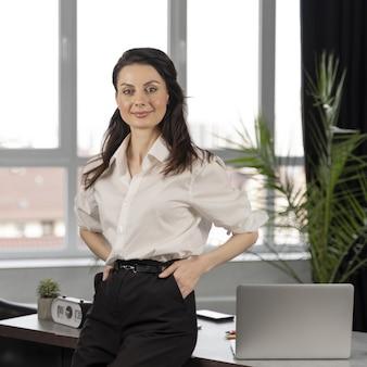 Biznesowa kobieta przy pracą