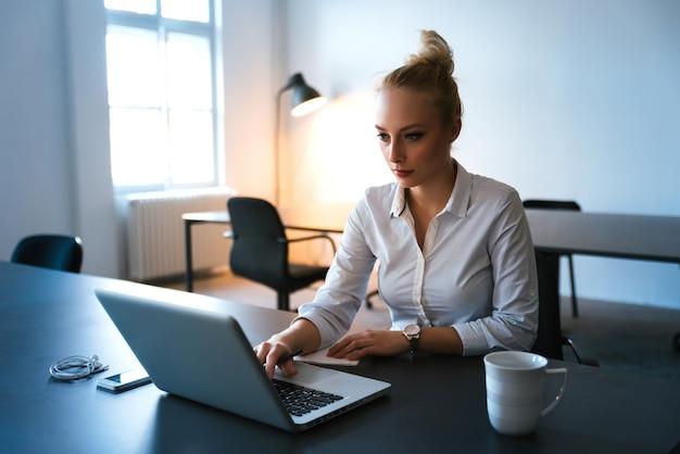 Biznesowa kobieta rozpoczynająca swój dzień w biurze