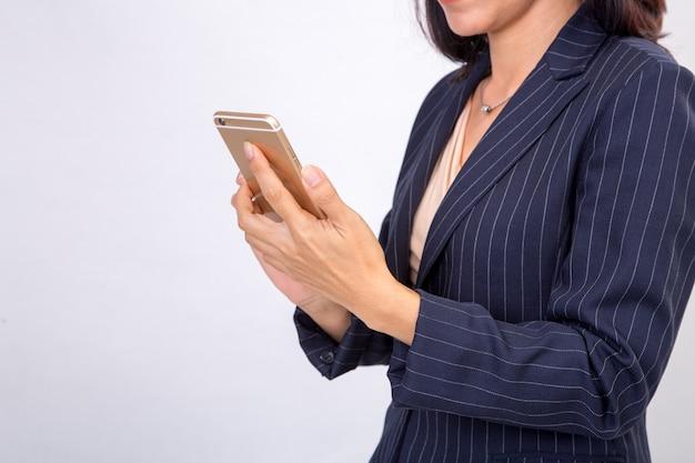 Biznesowa kobieta sprawdza jej emaile na jej mobilnym telefonu komórkowego przyrządu smartfonie