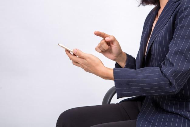 Biznesowa kobieta sprawdza jej emaile na jej mobilnym telefonu komórkowego przyrządu smartphone