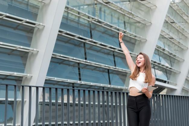 Biznesowa kobieta świętuje na ulicie