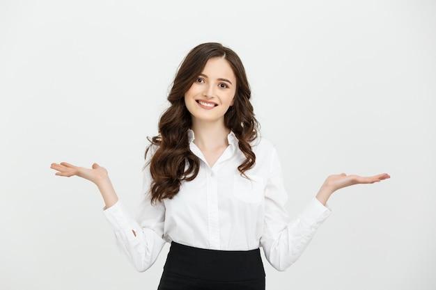 Biznesowa kobieta szczęśliwa i niespodzianka pokazuje produkt.