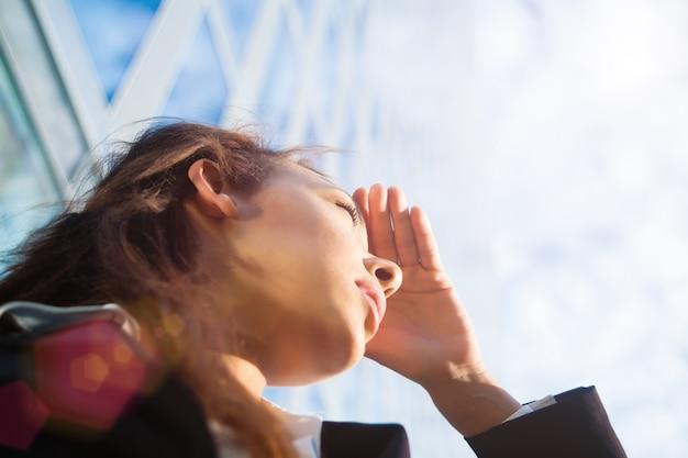 Biznesowa kobieta szuka nowych horyzontów
