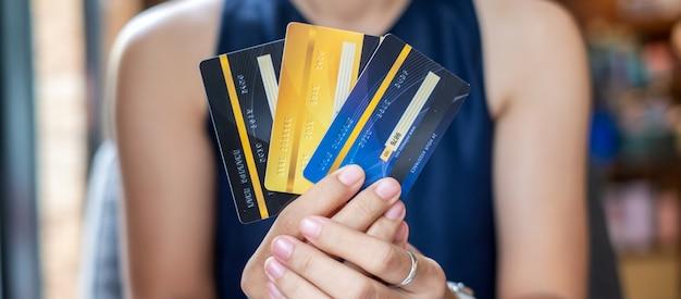 Biznesowa kobieta trzyma kredytową kartę, online zapłata