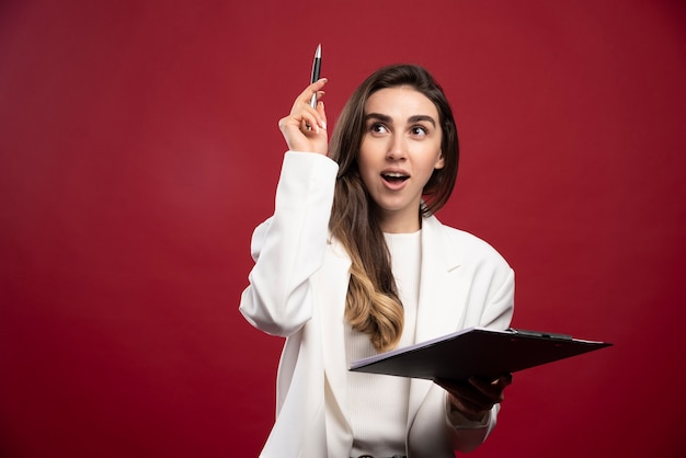Biznesowa kobieta trzyma notatnik