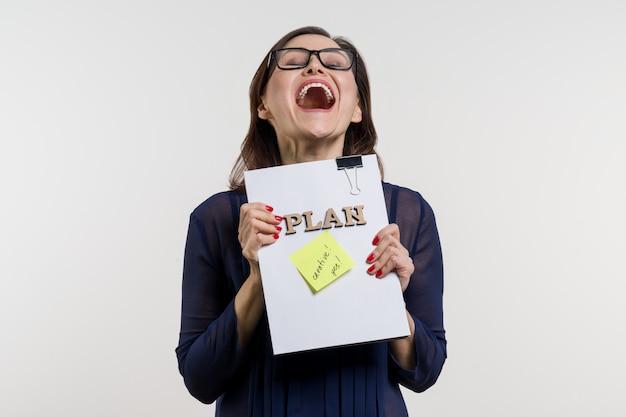 Biznesowa kobieta trzyma zatwierdzonego plan.