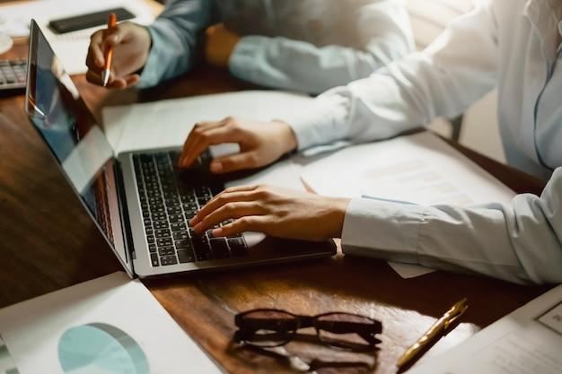 Biznesowa kobieta używa laptop podczas spotkania