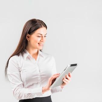 Biznesowa kobieta używa pastylkę
