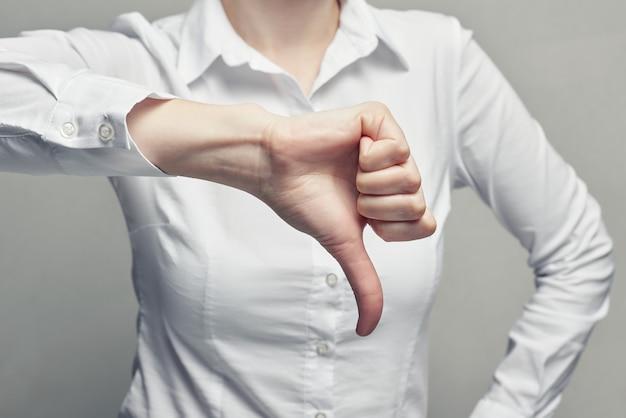 Biznesowa kobieta w bluzki showgesture kciuka puszku