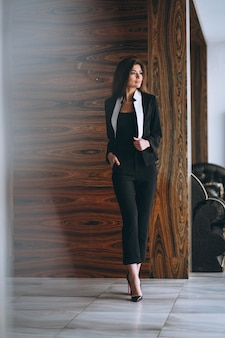 Biznesowa kobieta w czarnym kostiumu