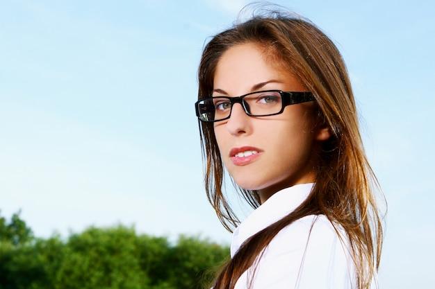 Biznesowa kobieta w czerni oprawionych okularach