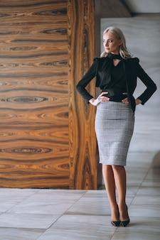 Biznesowa kobieta w galanteryjnym stroju