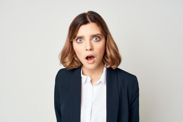 Biznesowa kobieta w garniturze emocje pracy kierownika zbliżenie
