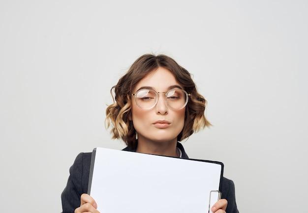 Biznesowa kobieta w garniturze folder na papiery puste miejsce na kopie arkusza