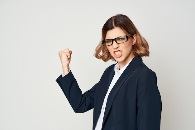 Biznesowa kobieta w garniturze gesty z emocjami dłoni pracuje studio