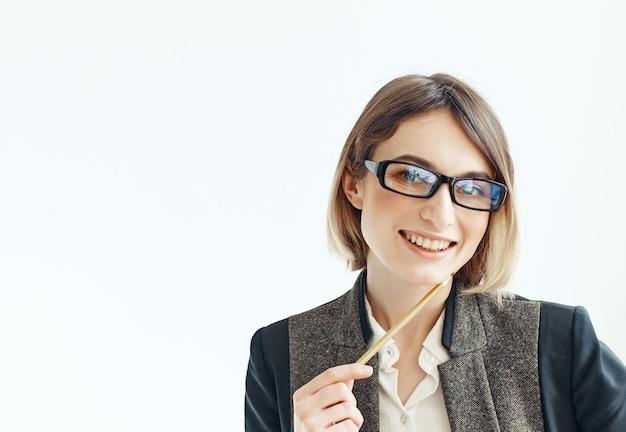 Biznesowa kobieta w okularach dokumenty ołówek profesjonalna pewność siebie