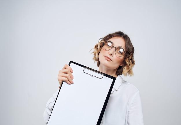 Biznesowa kobieta w okularach, papiery, kopia przestrzeń reklamowa