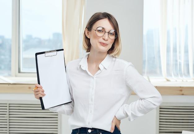Biznesowa kobieta w okularach w białej koszuli dokumenty kopiuje przestrzeń