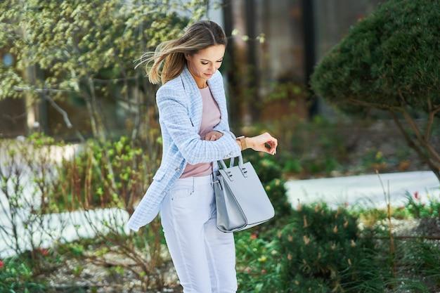 Biznesowa kobieta w pośpiechu sprawdzania czasu. zdjęcie wysokiej jakości