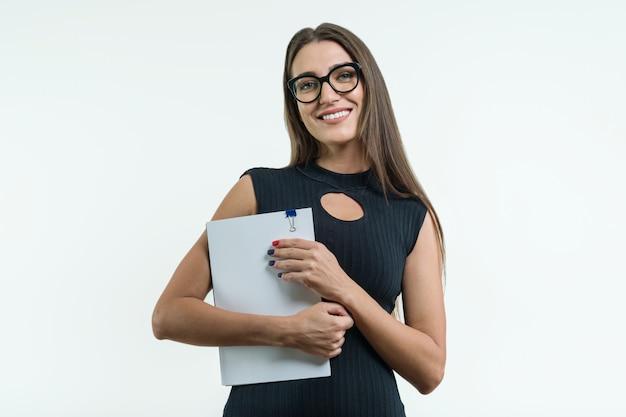 Biznesowa kobieta w szkło czerni sukni mienia dokumencie