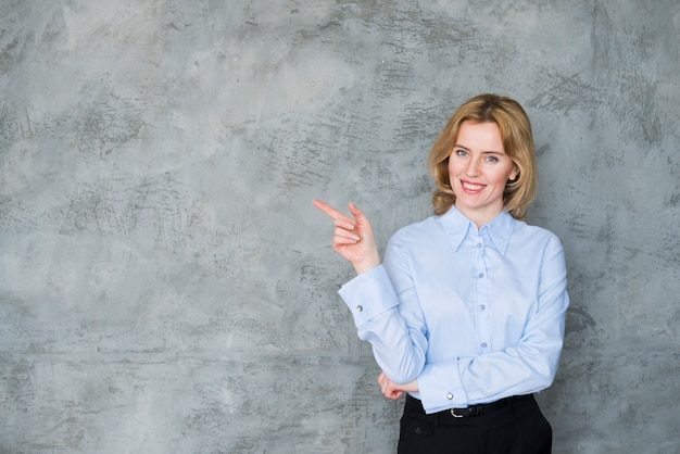 Biznesowa kobieta wskazuje palec daleko od