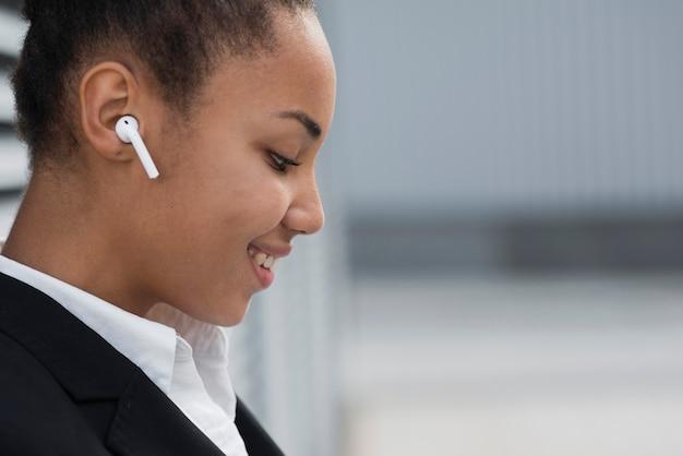 Biznesowa kobieta z airpods bocznym widokiem