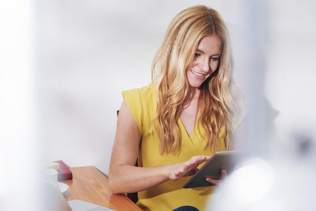 Biznesowa kobieta z cyfrową pastylką