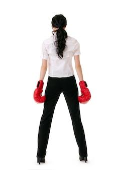 Biznesowa kobieta z czerwonymi rękawicami bokserskimi
