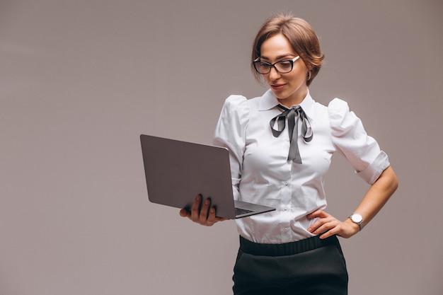 Biznesowa kobieta z komputerem odizolowywającym