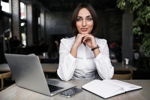 Biznesowa kobieta z laptopem