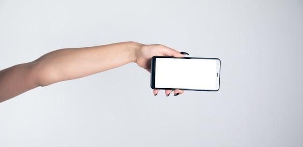 Biznesowa kobieta za pomocą inteligentnego telefonu komórkowego.