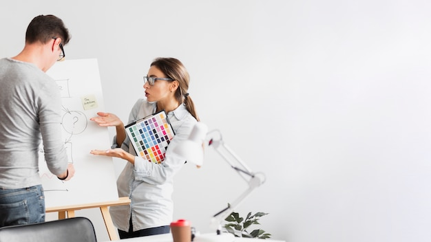 Biznesowa kobieta zastanawia się o diagramie