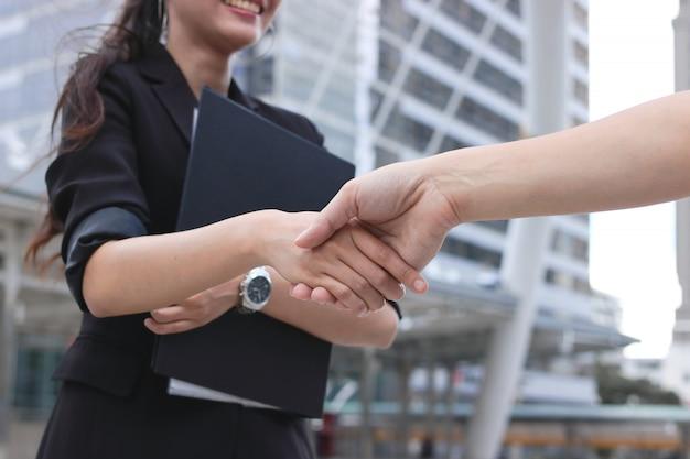 Biznesowa kobiety i mężczyzna chwiania ręki po transakci.