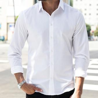 Biznesowa koszula na co dzień biała zbliżenie plenerowa sesja zdjęciowa