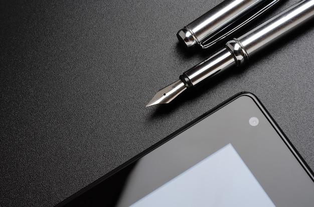 Biznesowa martwa natura, tablet, wieczne pióro