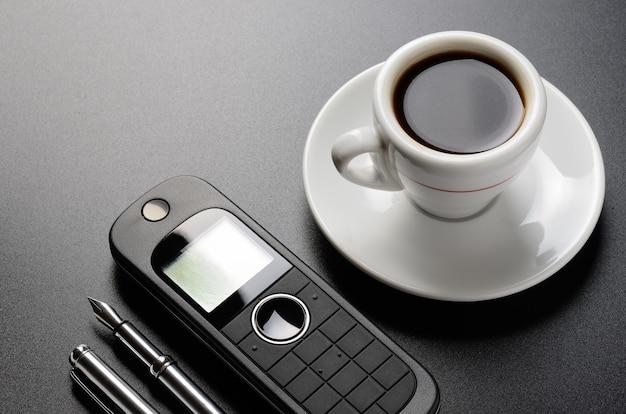 Biznesowa martwa natura, telefon, długopis, organizer, kawa