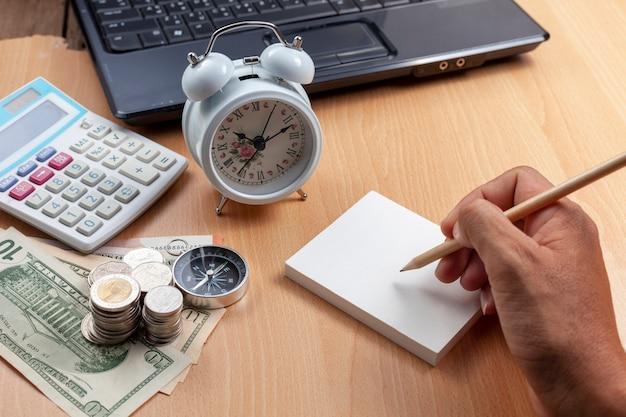 Biznesowa męska ręka używa ołówkowego writing na papierowej notatce