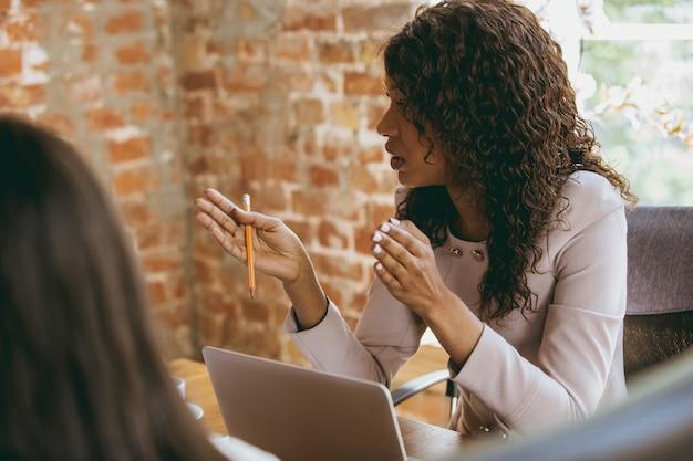 Biznesowa młoda caucasian kobieta w nowożytnym biurze z drużyną