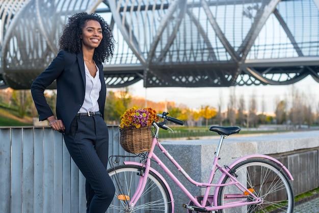Biznesowa murzynka z rocznika bicyklem