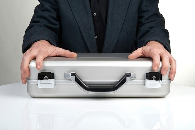 Biznesowa osoba trzyma teczkę