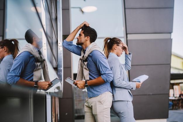 Biznesowa para przy kawową przerwą outside. swobodny biznes. biznes w podróży. martwi się biznesmen.