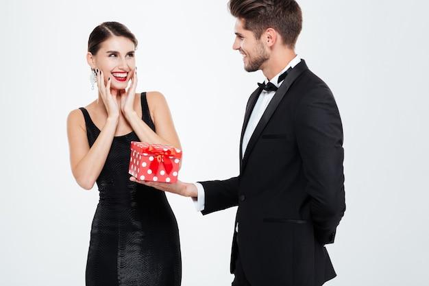 Biznesowa para z prezentem. mężczyzna daje prezent