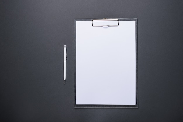 Biznesowa pojęcie projekta pastylka z białym prześcieradłem papier i pióro
