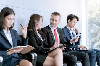 Biznesowa praca zespołowa dyskutuje pracę podczas gdy czekający teraźniejszy projekt klient