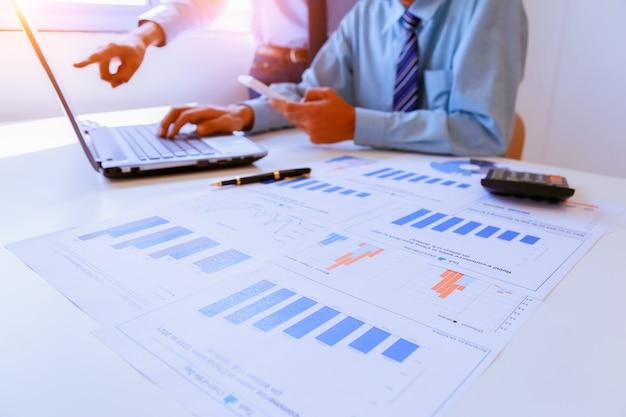 Biznesowa praca zespołowa dyskutuje pomysły i planuje o zysków streszczeniu przy pokojem konferencyjnym.