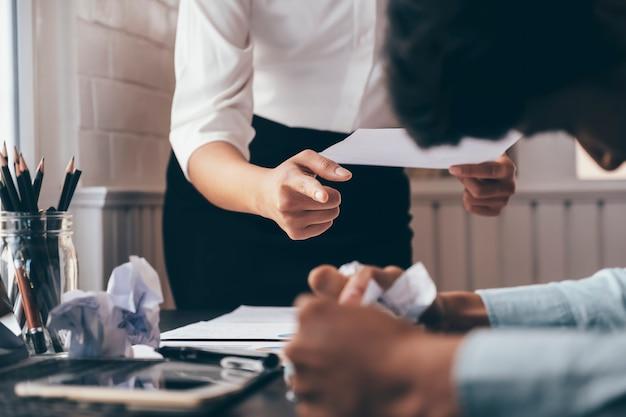 Biznesowa praca zespołowa obwinianie partnera i poważna dyskusja.