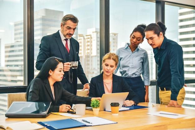 Biznesowa praca zespołowa spotyka projekta planu biznes w biurze