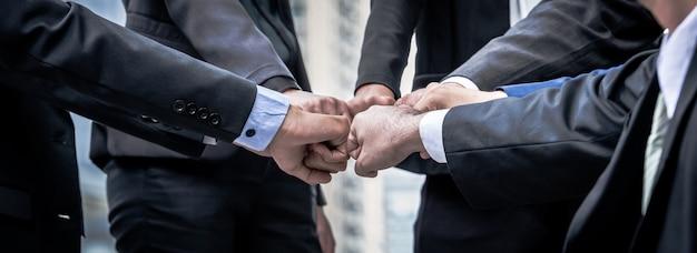 Biznesowa praca zespołowa ufać w partnera pięści uderzeniu ręki wpólnie.