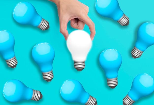 Biznesowa ręki mienia żarówka, pojęcie nowi pomysły z innowacją i kreatywność.